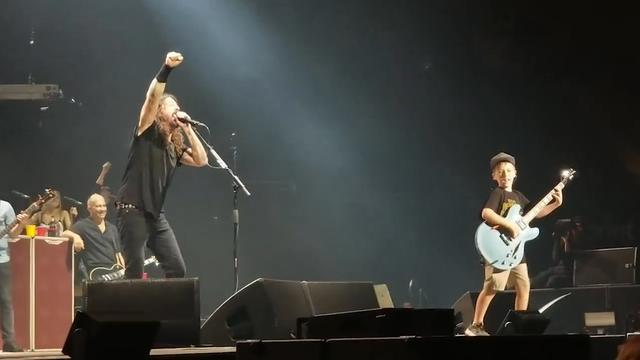 Dave Grohl laat tienjarige fan gitaar spelen tijdens optreden