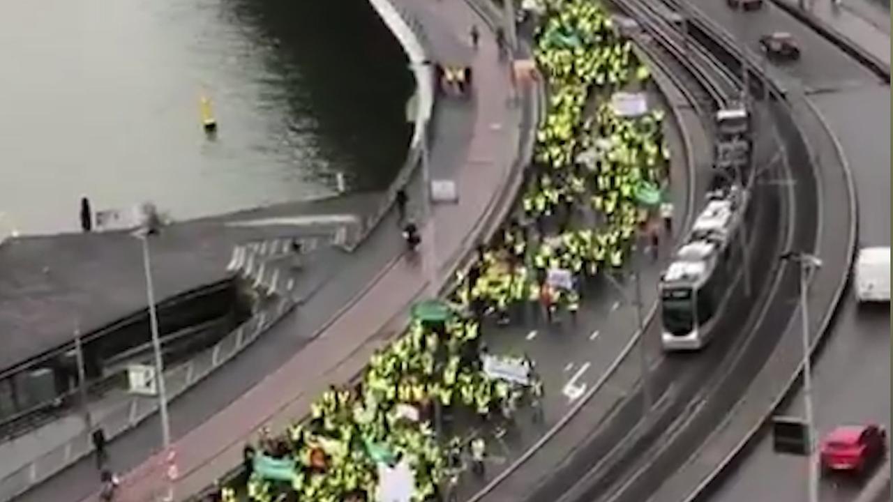 Honderden leraren lopen over Erasmusbrug tijdens protestmars
