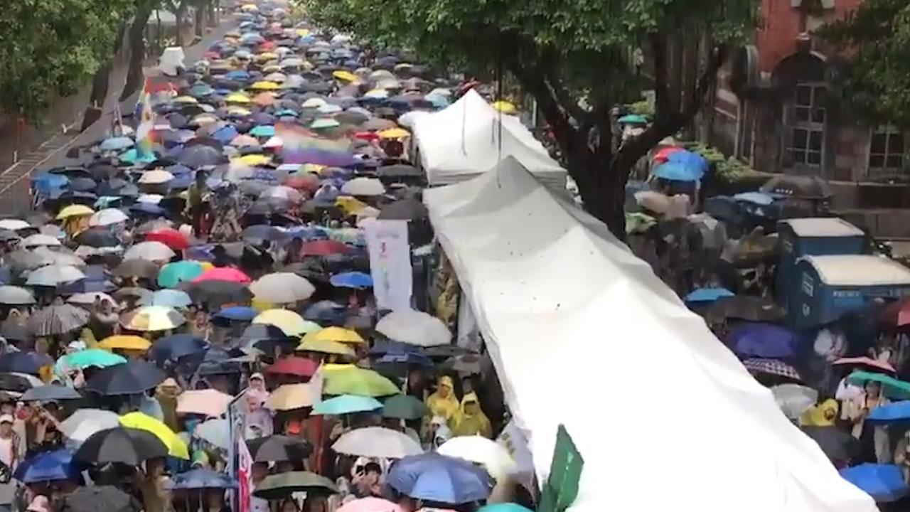 Taiwanezen juichen in stromende regen na legalisering homohuwelijk
