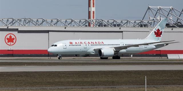Slapende vrouw achtergelaten in 'ijskoud' vliegtuig door cabinepersoneel