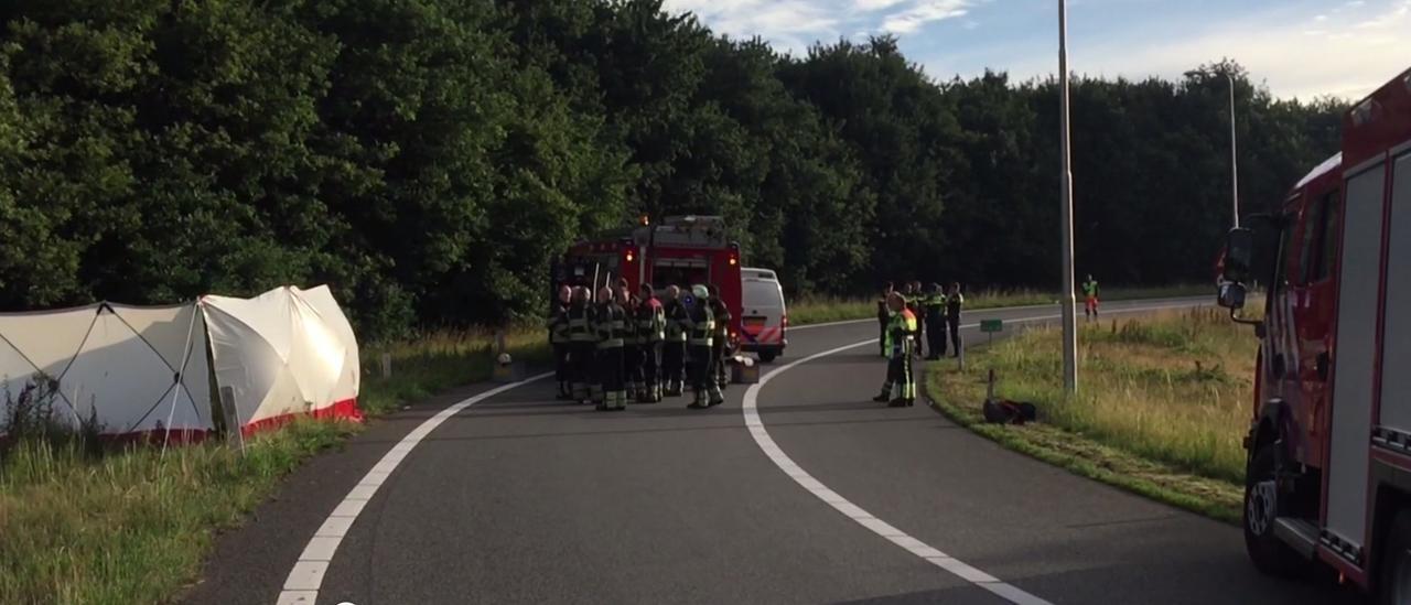 Brandweer en politie onderzoeken dodelijk ongeluk A73