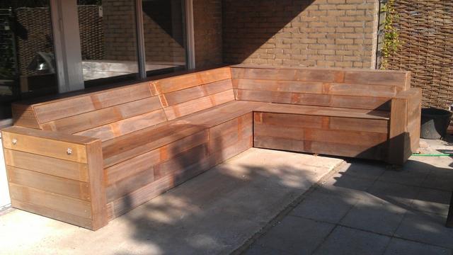 De klusser: 'Op mijn zelfgemaakte loungebank kunnen zes mensen zitten'