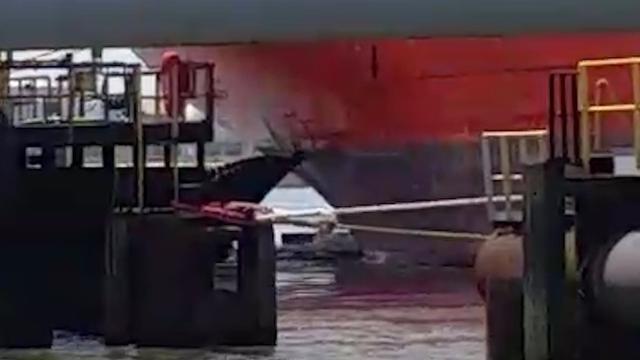 Olie spuit na botsing uit tanker in Rotterdam