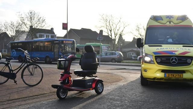 Man valt uit scootmobiel na botsing tegen bus bij Raoul Wallenbergplein