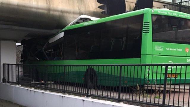 Zeven gewonden nadat bus tegen viaduct rijdt in Apeldoorn