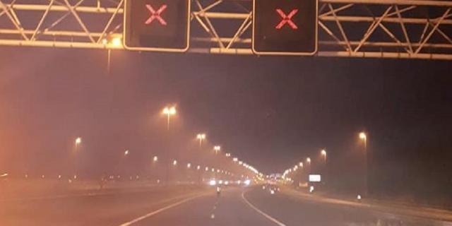 Automobilist rijdt tegen vangrail A4 bij Leiden