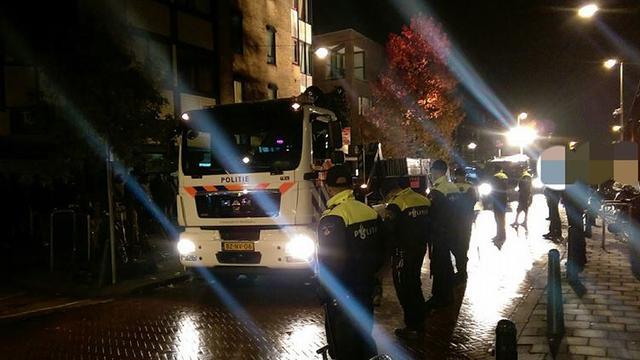 Politie valt café Den Haag binnen