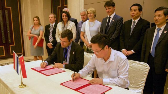 Mencia de Mendoza tekent samenwerking met Chinese school