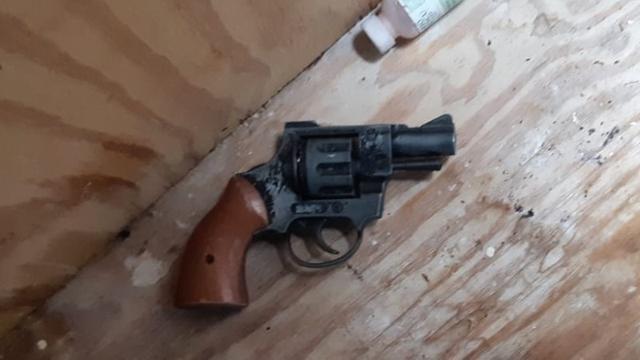 Politie in Rotterdam arresteert vier personen om verboden wapenbezit
