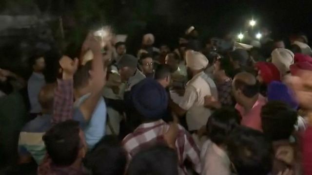Menigte rouwt om doden na grote treinaanrijding India