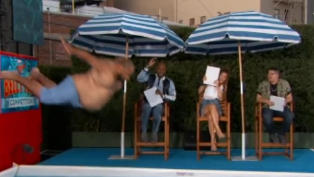 'Manny' van hitserie Modern Family beoordeelt buiklandingen in zwembad