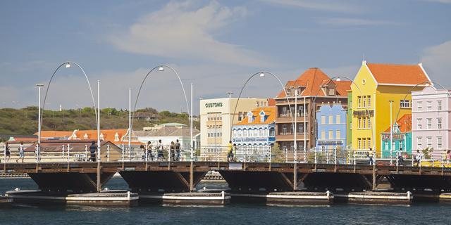 Onrustige demonstratie tegen bezuinigingen voor regeringsgebouw Curaçao