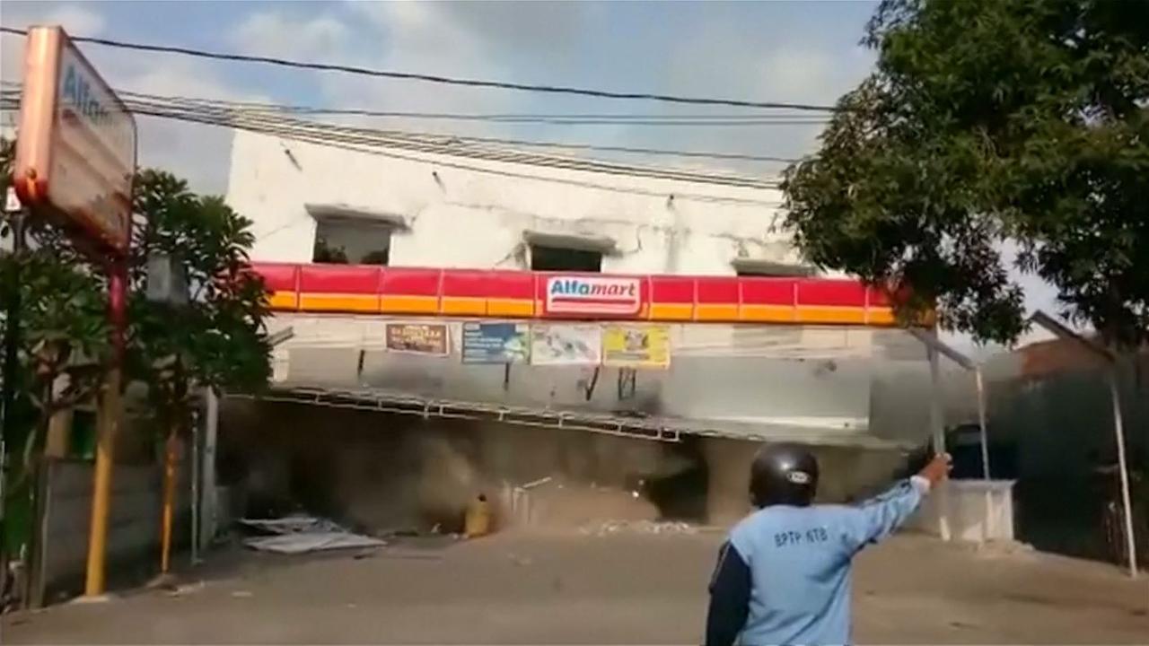 Man filmt hoe supermarkt instort na aardbeving op Lombok
