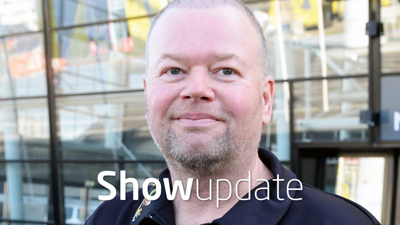 Show Update: Raymond van Barneveld emotioneel over kleinzoon