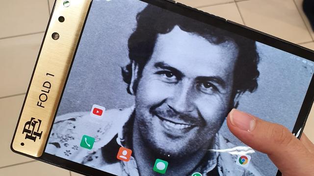 Broer van drugsbaron Pablo Escobar verkoopt opvouwbare smartphone