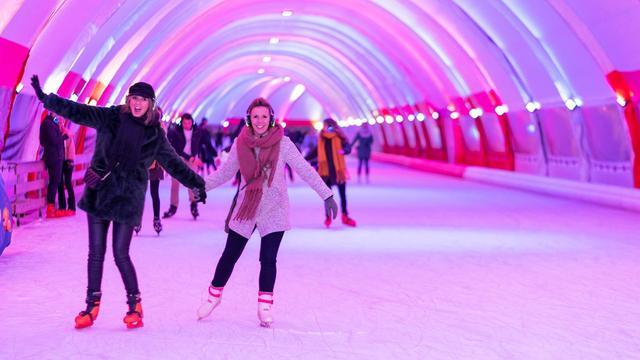 Elf tijdelijke schaatsbanen met een twist, van après-ski tot silent disco