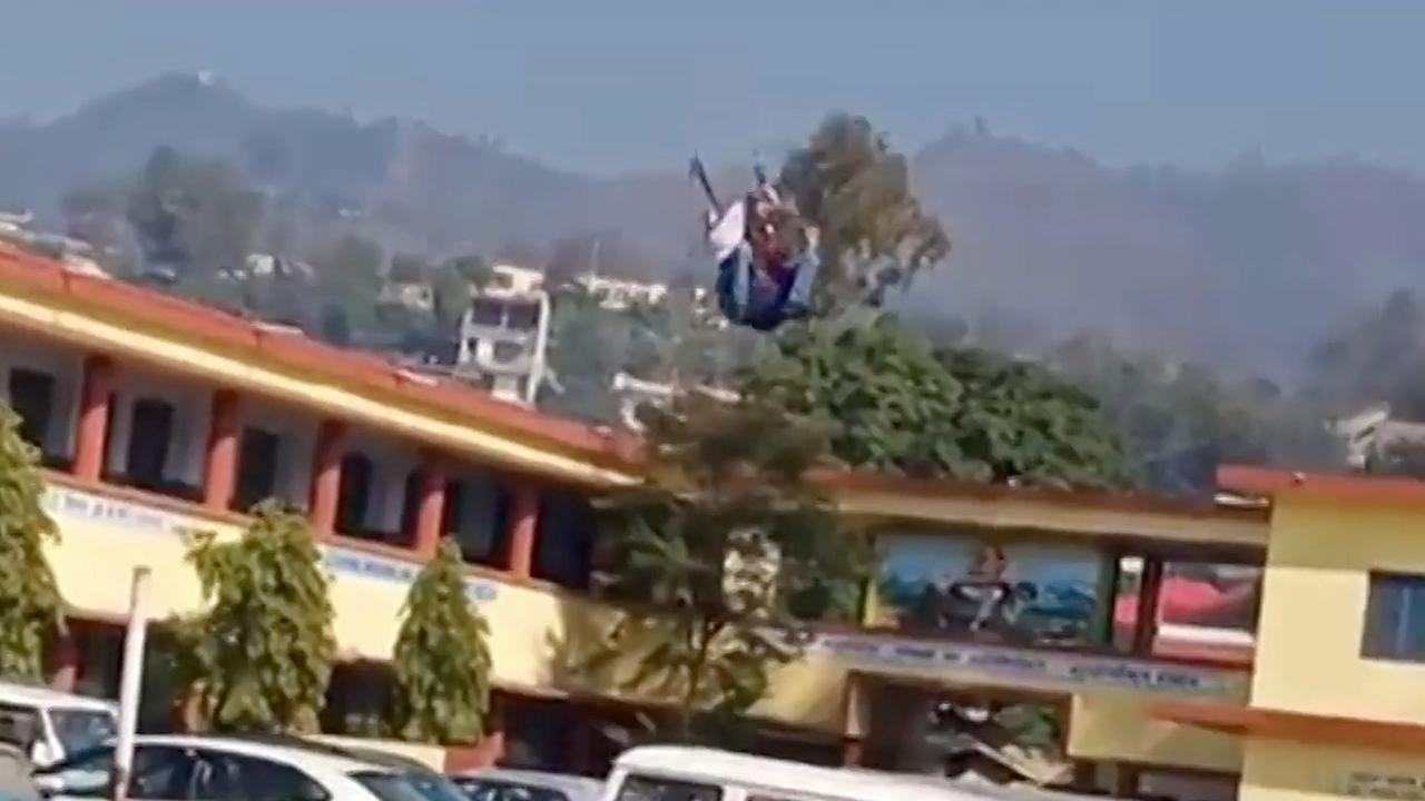 Indiase paraglider stort tijdens evenement neer op parkeerplaats