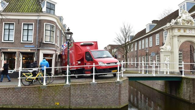 Vrachtwagen rijdt zich klem op Doelengracht