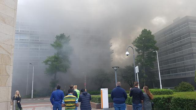 Grote brand oud belastingkantoor Leeuwarden, panden omgeving ontruimd