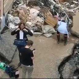 Video   Duitse presentatrice besmeurt zich met modder voor liveverslag