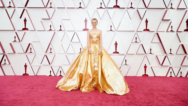 L'attrice Carrie Mulligan nell'innovazione d'oro di Valentino.