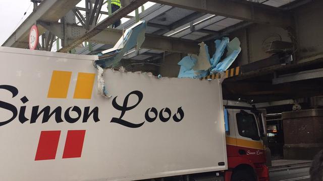 Vrachtwagen rijdt zich klem onder viaduct bij Amsterdam Centraal