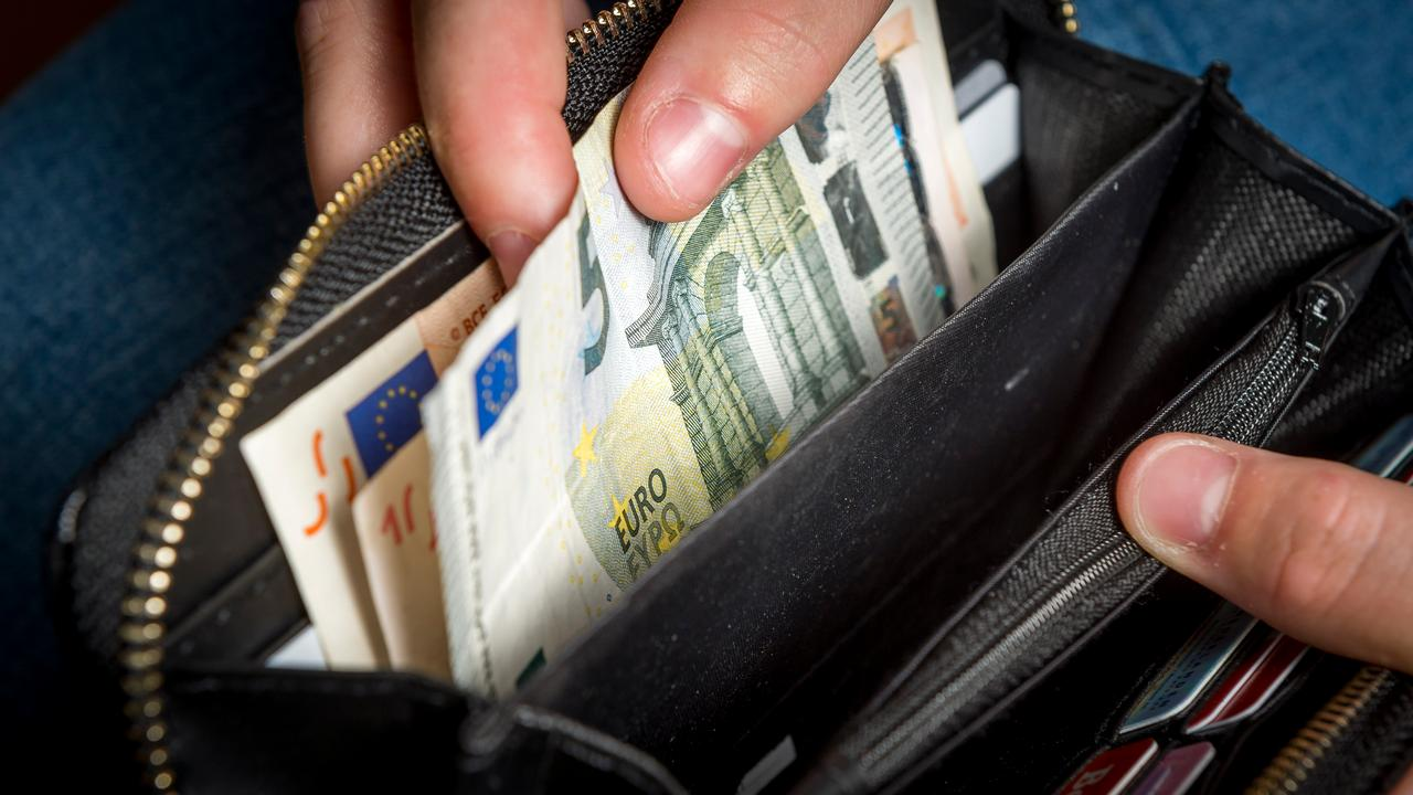 Consumenten betaalden ook in 2017 minder met contant geld