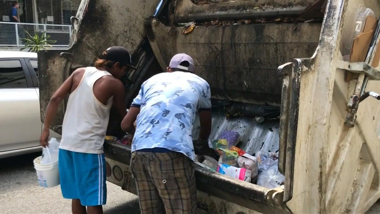 Venezolanen eten uit vuilniswagens door voedseltekort