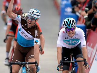 Spanjaard Herrada lost Yates af in rode leiderstrui