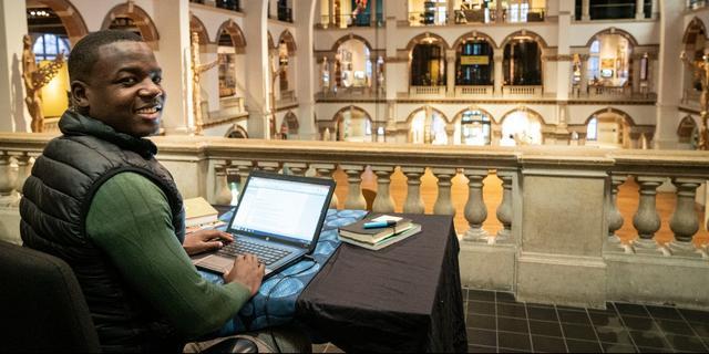 Tropenmuseum reageert op oproep van dichter en biedt hem werkplek aan