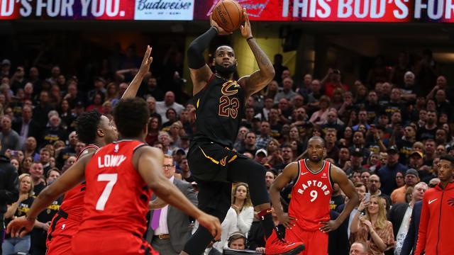 Cavaliers dankzij James nog één zege verwijderd van Conference-finale