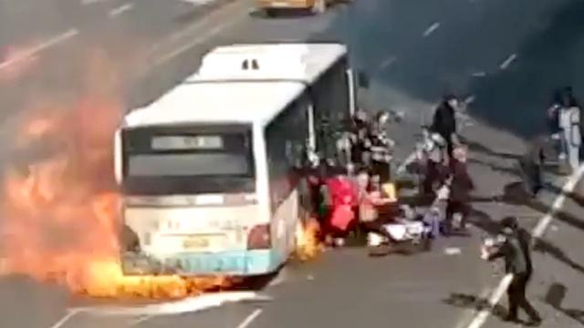 Passagiers springen net voor explosie uit brandende bus in China