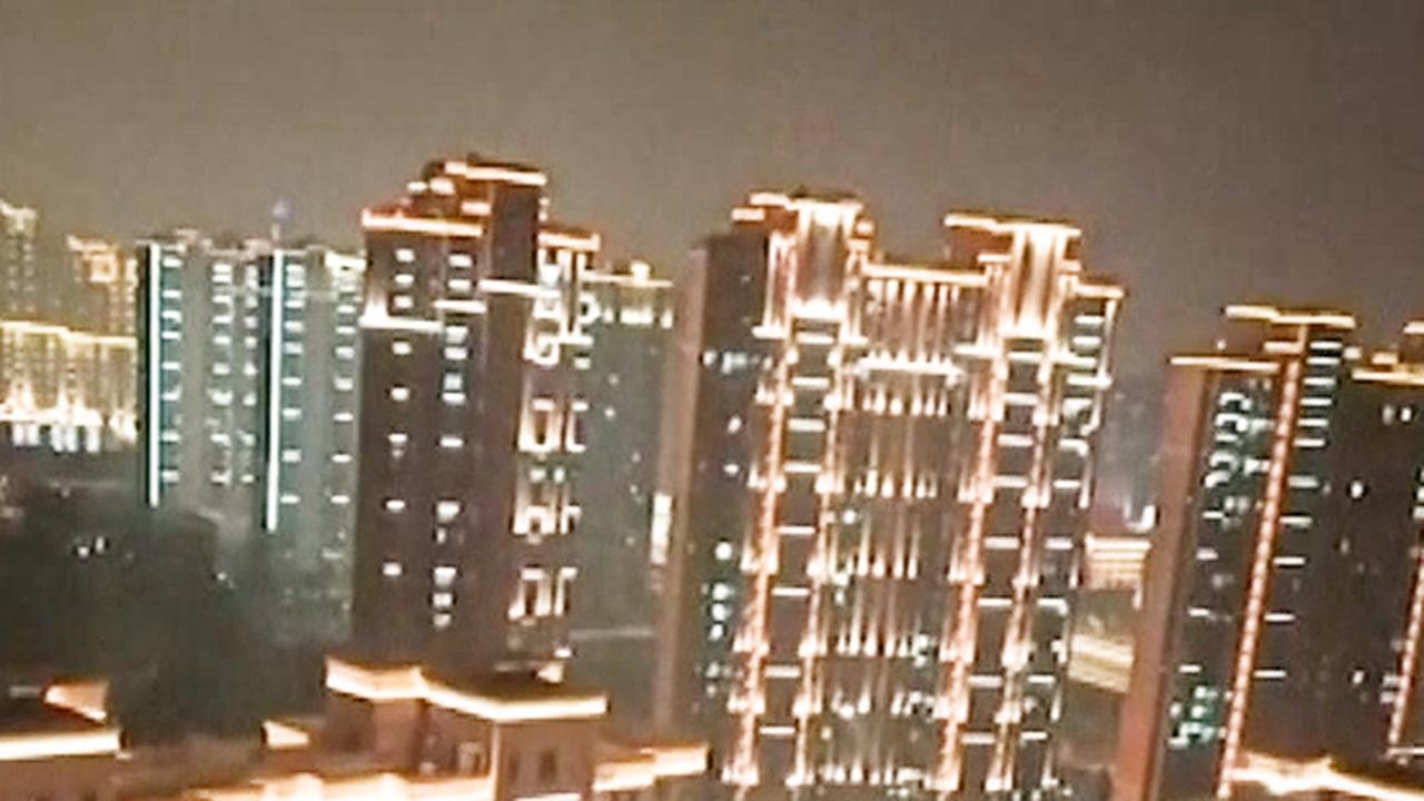 Inwoners Wuhan roepen vanuit appartementen: 'Hou vol'