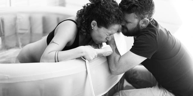 Waarom een bevalling in bad steeds populairder wordt
