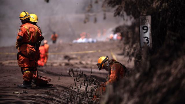Zoektocht naar overlevenden vulkaanuitbarsting Guatemala opgeschort