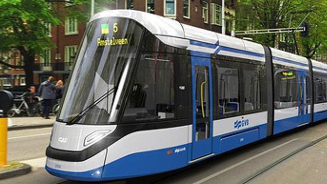 Man vast tussen tram en paaltje in West
