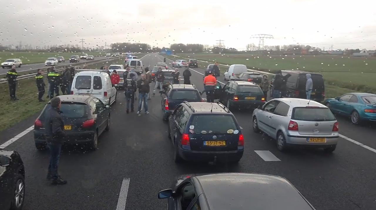 Voorstanders blokkeren anti-Zwarte Piet-demonstranten op A7