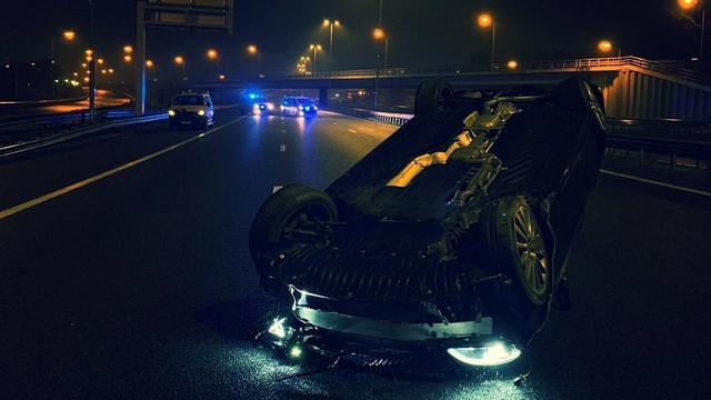 Auto belandt op de kop op A16 bij afrit Feijenoord