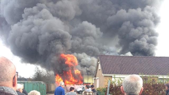Grote brand in loods met tractoren en heftrucks in Brabantse Schijf