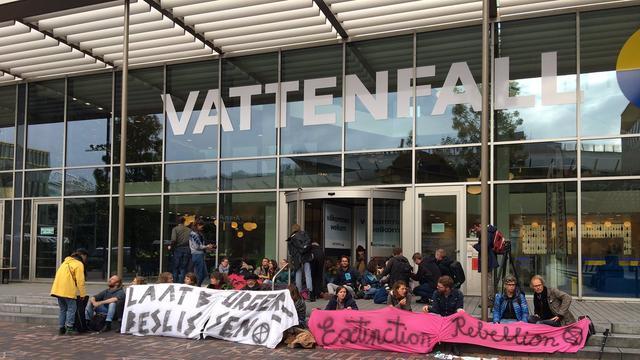 Klimaatactivisten demonstreren bij Nuon Vattenfall in Amsterdam