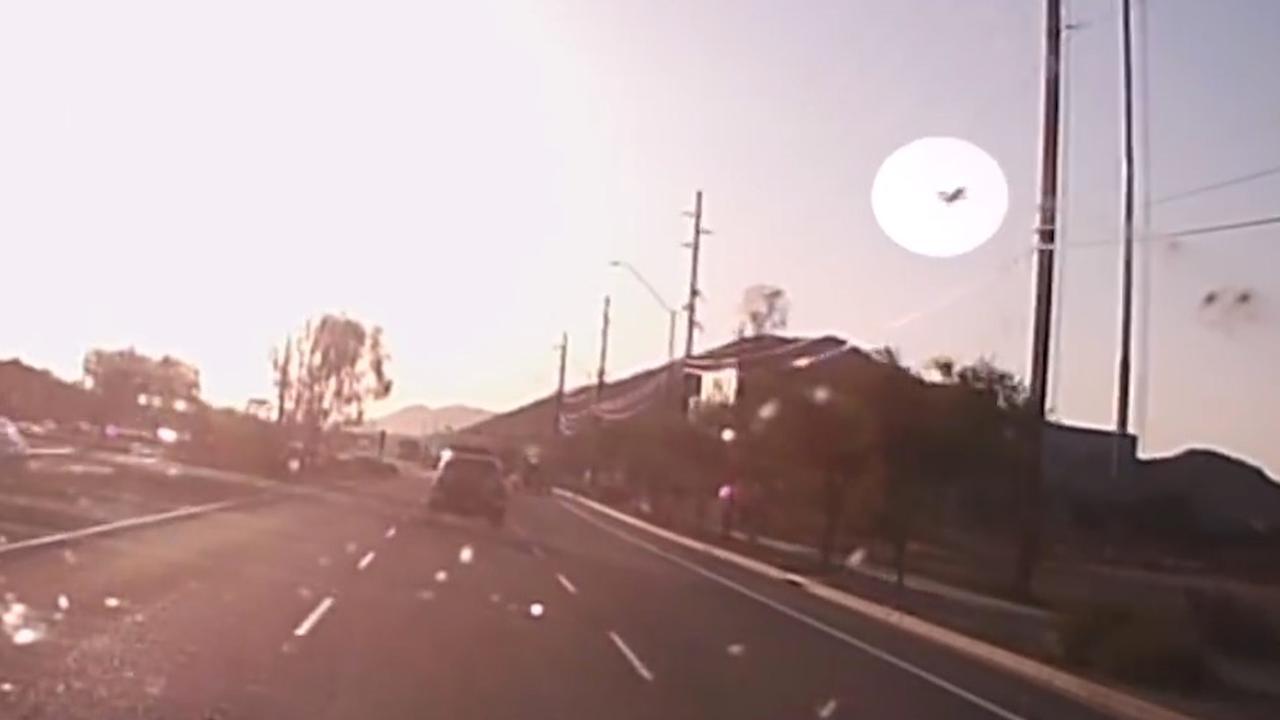 Dashcambeeld toont hoe vliegtuig neerstort in Phoenix