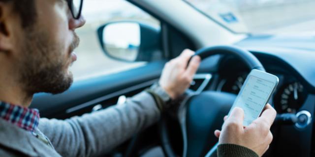 Politie legde in 2020 ruim 168.000 boetes op wegens appen achter het stuur
