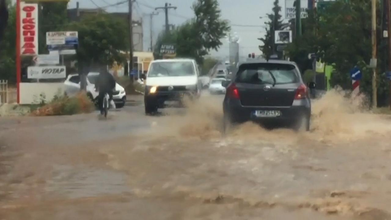 Straten lopen onder door hevige regenval nabij Athene