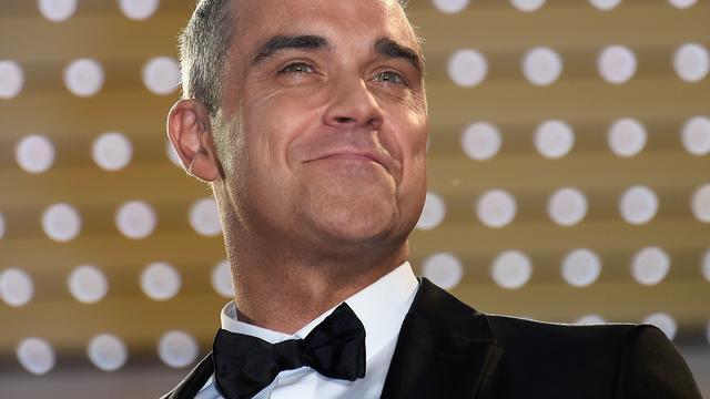 Robbie Williams ontvangt gouden plaat voor nieuw album