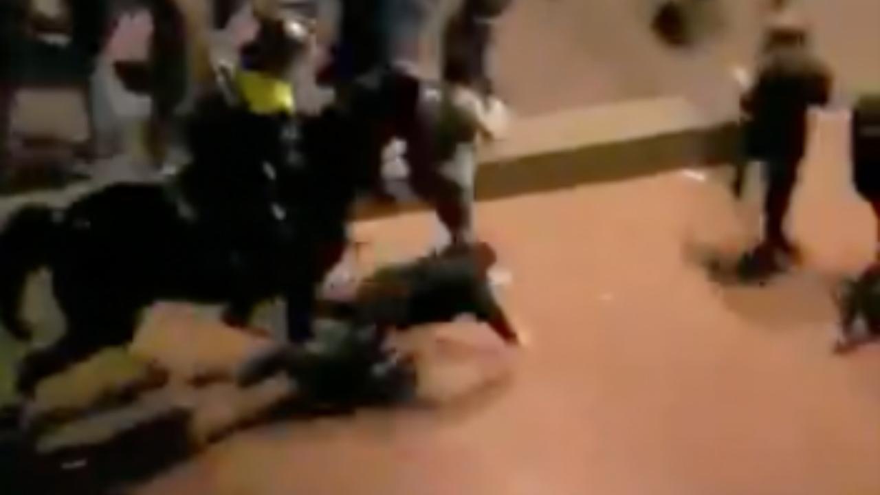 Politiepaard beukt man omver bij rellen na FC Twente-PSV