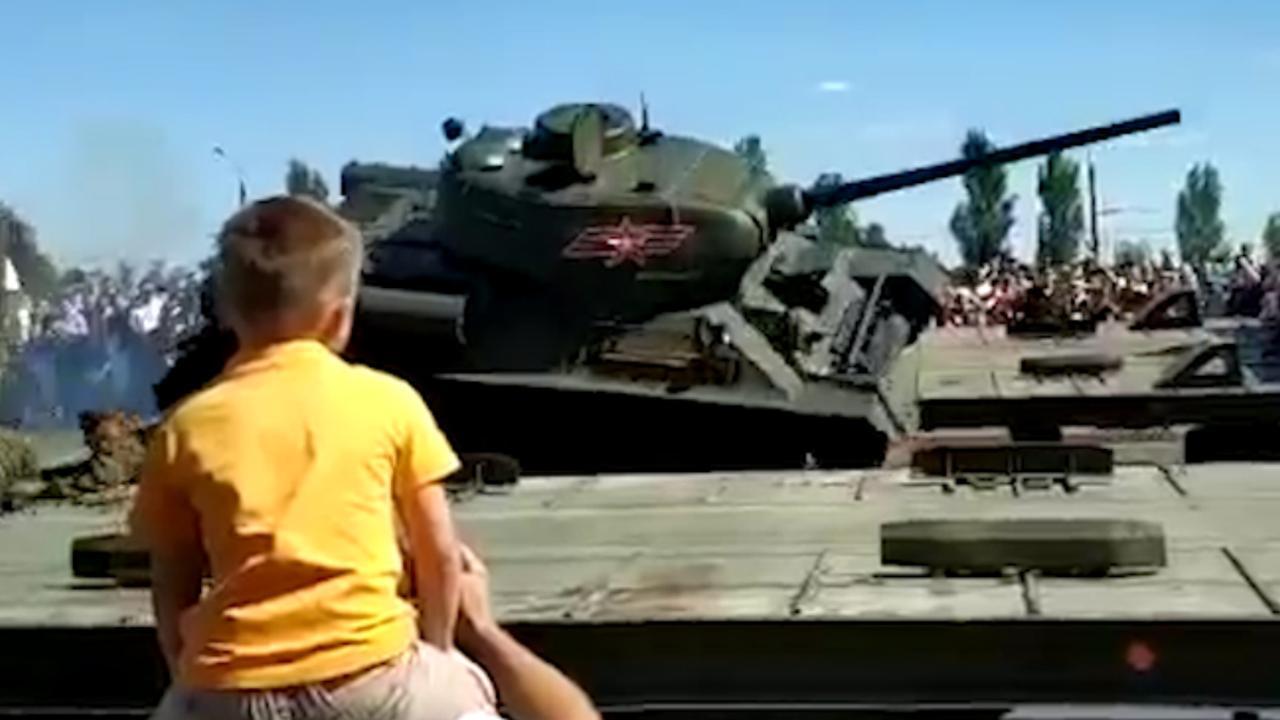 Russische tank uit WO2 valt van aanhanger bij parade in Koersk
