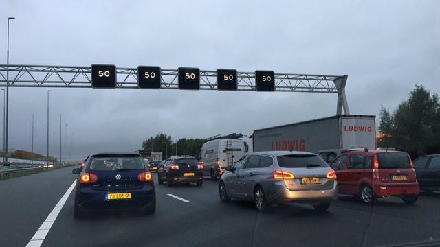 Flinke file op A2 richting Utrecht door ongeval bij Zaltbommel.