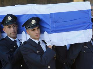 Kist door militaire erewacht gedragen naar begraafplaats op Herzlberg