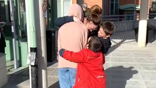 Kim-Lian van der Meij wordt verwelkomd door haar gezin.