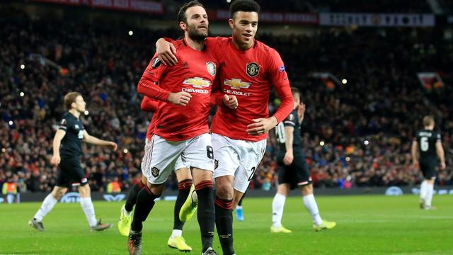 AZ geen groepswinnaar door dramatische elf minuten in Manchester